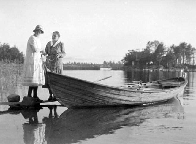 Med roddbåten på västra sidan av ön. 1930-tal.