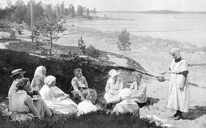 På stranden 1921.