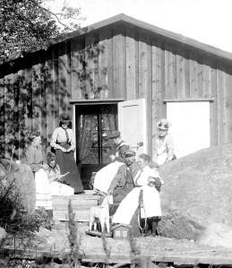 Samling i solen utanför Sjöboden. 1898